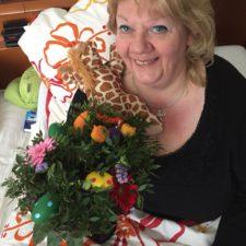 Ruth Hanke mit Geschenken